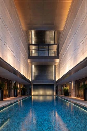 Rosewood Bangkok Swimming pool